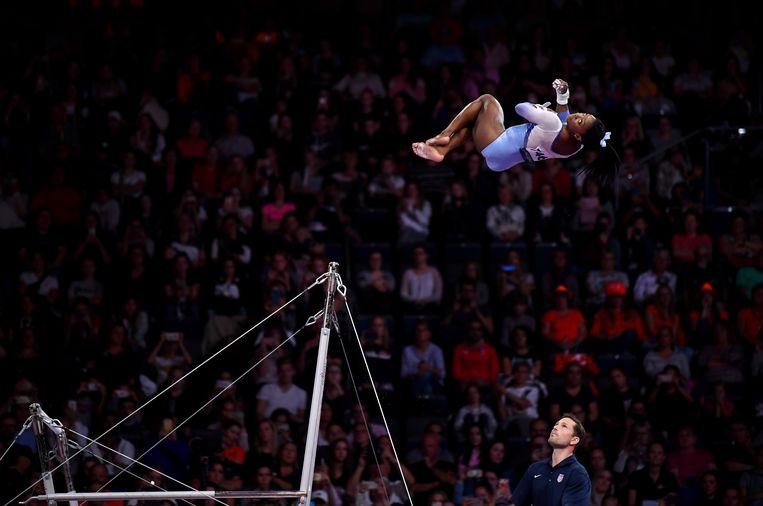 De Amerikaanse turnster Simone Biles, hier tijdens haar oefening op de brug met ongelijke leggers, schreef gisteren geschiedenis tijdens het WK turnen. Zij voerde op de vloer een sprongelement uit dat nooit eerder op een WK te zien was. Die sprong gaat nu onder haar naam de boeken in. Beeld Getty Images
