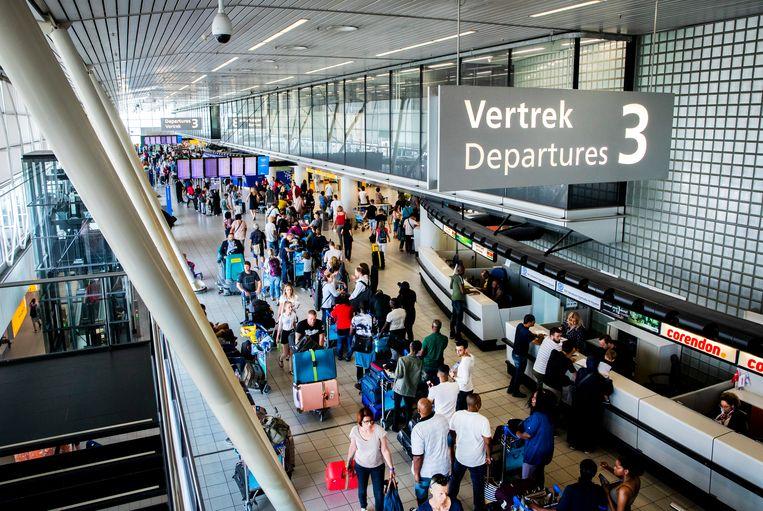 Drukte in de vertrekhal van Schiphol. De Nederlandse luchthavens verwerkten in het tweede kwartaal van 2019 2,7 procent meer passagiers dan het jaar ervoor.  Beeld ANP