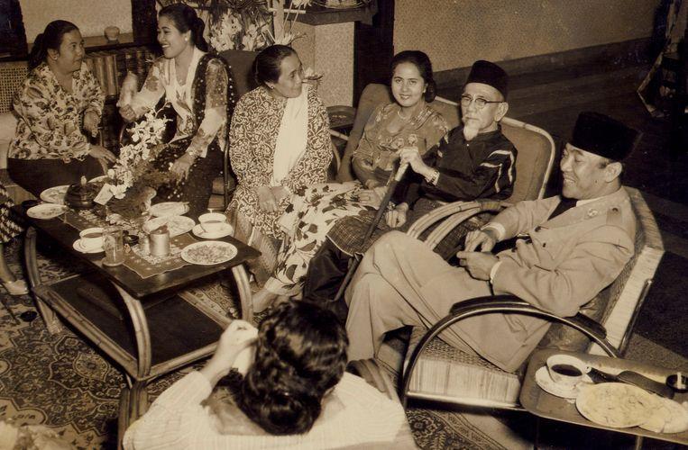 Viering van de 70ste verjaardag van Hadji Agus Salim (tweede van rechts) op 8 oktober 1954. Naast hem zit Rahmi Hatta en zijn vrouw Zainatun Naha. Rechts van hem Soekarno.  Beeld