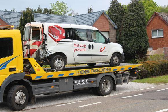 De postwagen werd aangereden terwijl de postbode net de brieven in een bus had gestopt.