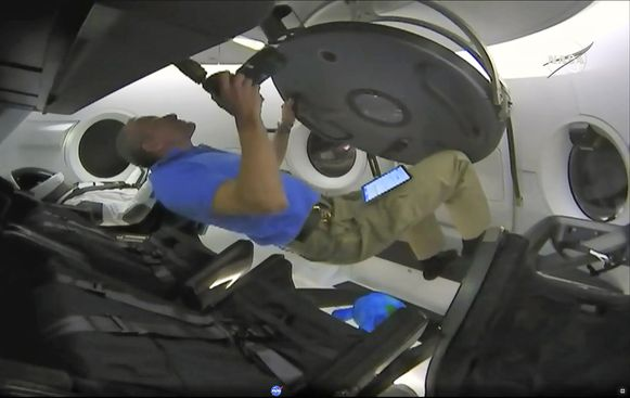 Astronaut David Saint-Jacques neemt een kijkje in de Crew Dragon.