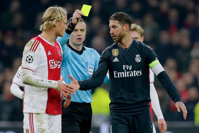 Sergio Ramos krijgt de gele kaart.