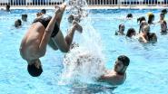Foto. Temperaturen tot 34 graden lokken massaal veel volk naar openluchtzwembad