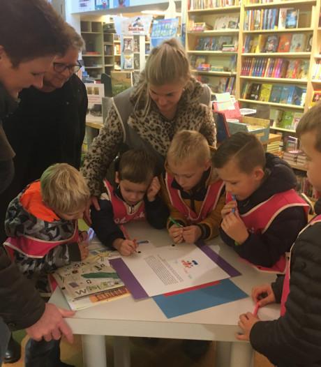 Kinderen signeren zelfgemaakt voorleesboek voor baby's en peuters