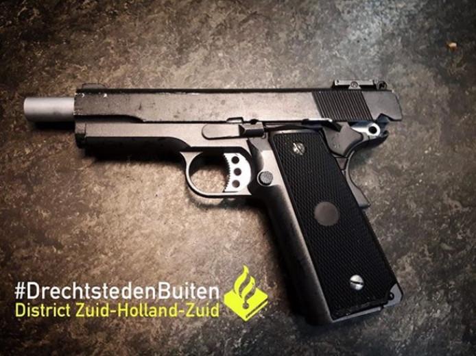 Een 18-jarige jongeman uit Hardinxveld-Giessendam heeft zijn nepwapen in moeten leveren bij de politie. Agenten kwamen erachter dat de Hardinxvelder een nepvuurwapen had, toen hulpdiensten moesten uitrukken nadat de jongeman in Sliedrecht was gevallen met zijn scooter.