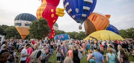 Ballonnen kleuren luchtruim tijdens Twente Ballooning