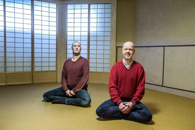 Arthur Nieuwendijk (l) en Rients Ritskes in het meditatiecentrum in Nijmegen. Nieuwendijk: 'Sinds ik mediteer, is filosofie voor mij iets heel anders geworden.' Beeld Koen Verheijden