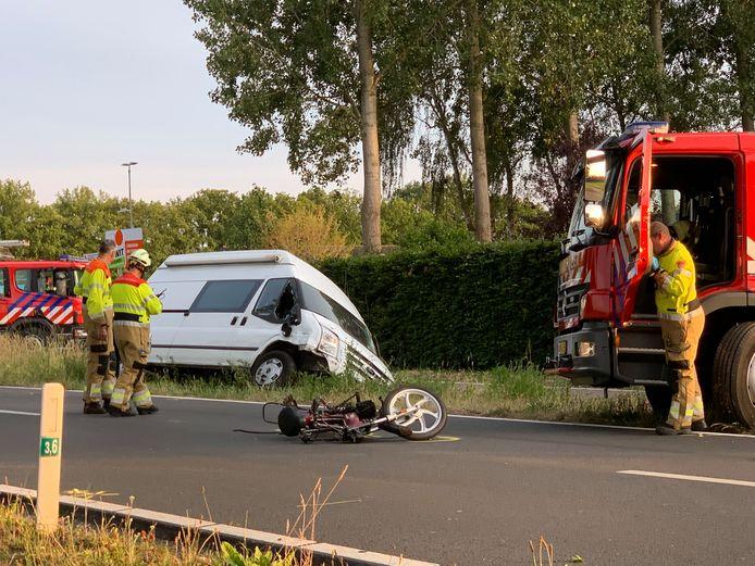 Bij het ongeluk zijn een brommer en een busje betrokken.
