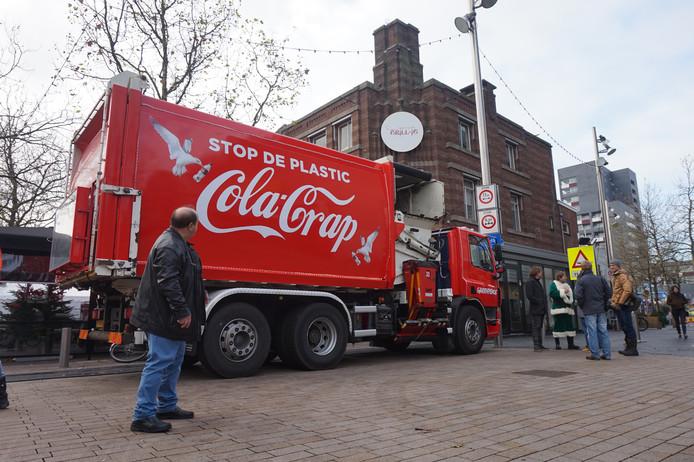 De vuilniswagen van Greenpeace kan het plein niet op.