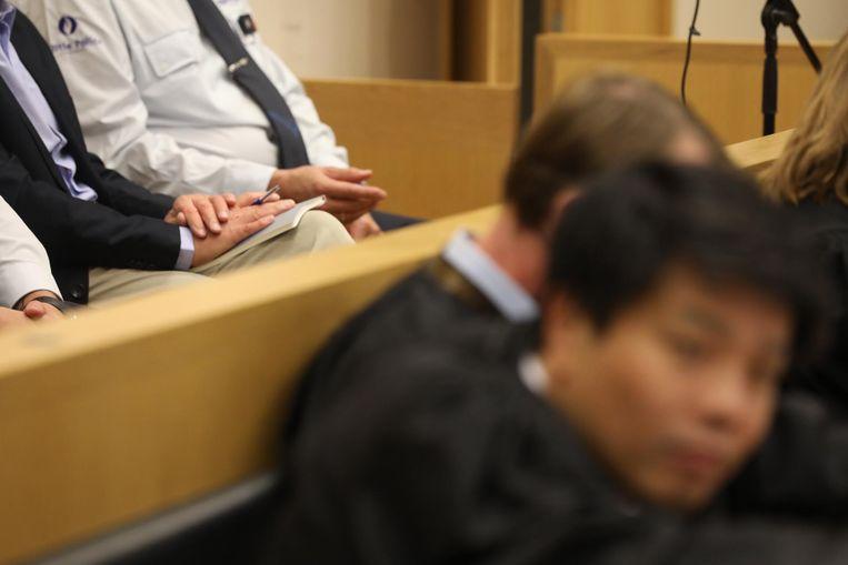 Lei Beaumont volgt de jurysamenstelling van zijn tweede assisenproces in Tongeren met een notitieboekje en pen op de schoot.