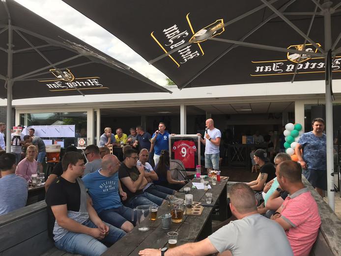 De veiling tijdens het Joubert-toernooi bij Achilles'12 met links organisator Jody van den Berg en rechts de Oldenzaalse veilingmeester Marcel Benneker.