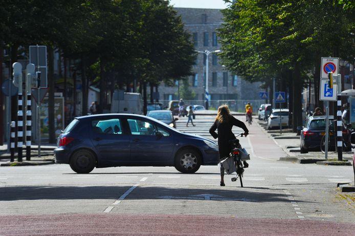 De Scheldestraat in de richting van de rotonde met de Aagje Dekenstraat.