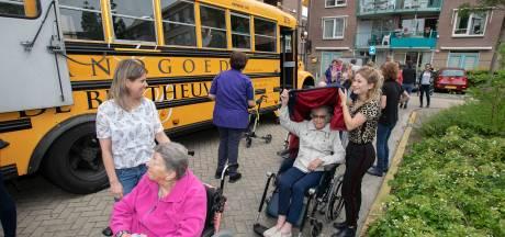 Bewoners Kanidas op driedaagse vakantie met oude schoolbus