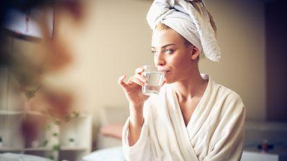 Waarom een glas water na een nacht anders smaakt