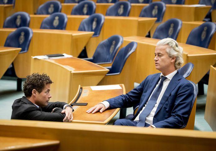 PVV-leider Geert Wilders in de Tweede Kamer in gesprek met Jeroen van Wijngaarden van de VVD.