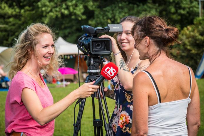 Carmen Kuik (verslaggever Zwolle) op reportage. Collega Tiffany Frasa brengt het interview in beeld.