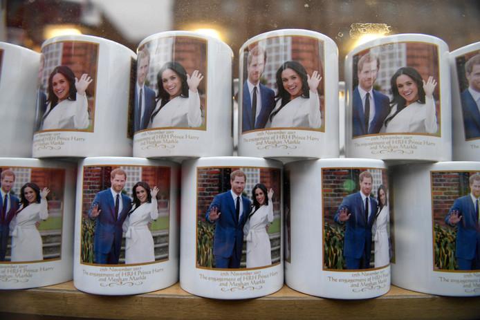 Ter gelegenheid van de verloving van de Britse prins Harry en zijn verloofde Meghan Markle, worden in Londen grote hoeveelheden souvenirs te koop aangeboden. Vooral de bekers vinden gretig aftrek. Foto Neil Hall