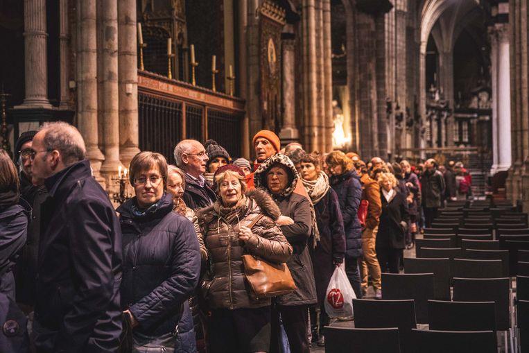 Een hele rij bezoekers schuift aan om het Lam Gods te kunnen bezichtigen