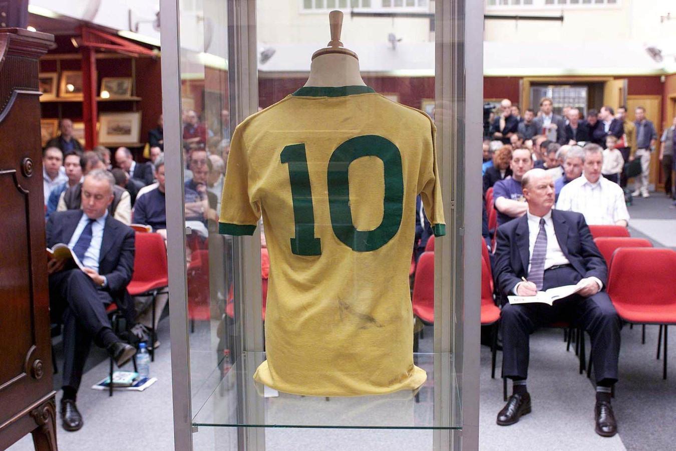 Woensdag 27 maart 2002: het door Pelé in de WK-finale van 1970 gedragen shirt gaat onder de hamer in Londen.