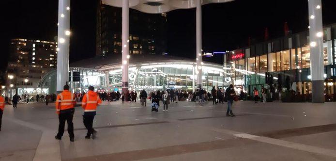 Onder het bollendak stonden mensen te wachten tot ze weer het station inkonden.