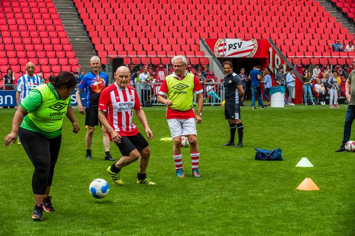 Tachtig 65-plussers waaronder twee vrouwen zagen vandaag (zaterdag) hun wens om voor een keer op de grasmat van het Philips Stadion te mogen voetballen in vervulling gaan dankzij een actie van PSV-hoofdsponsor Energie Direct.