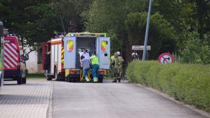 Wielertoerist valt van brugje dat afgesloten is met nadarhekken en moet gered worden