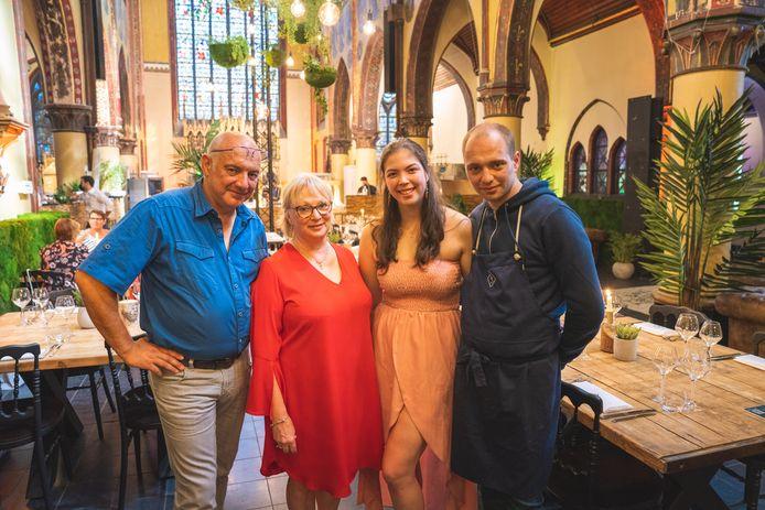 Geert, Linda, Jolien en Mathias in de kerk.