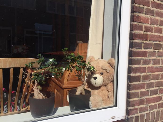 De beer bij de Tilburgse Lotte van Rosmalen voor de deur.