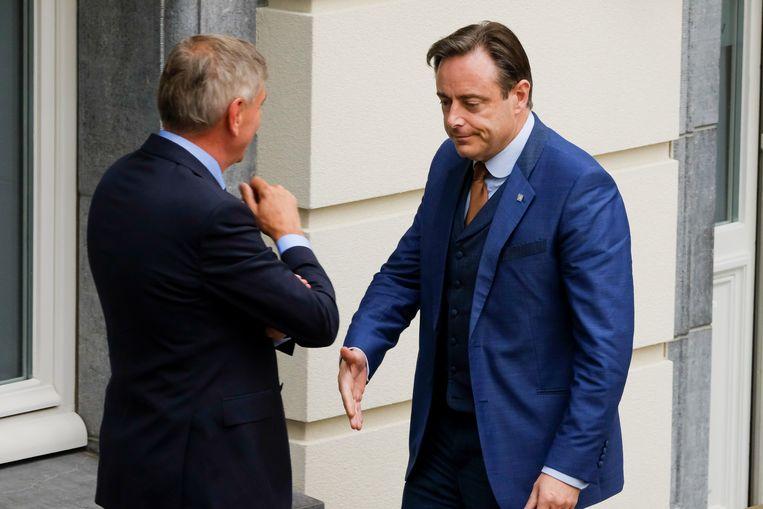 Ook parlementsleden Bart De Wever (N-VA) en Filip Dewinter (Vlaams Belang) waren present bij de eedaflegging.