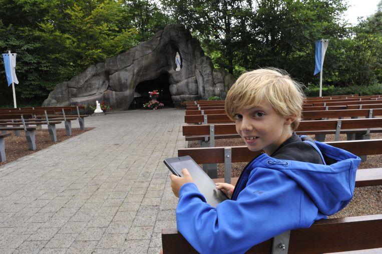 Emile Meersseman uit Eppegem zoekt Pokémon aan de Lourdesgrot van Humbeek.