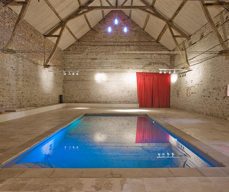 Het binnenzwembad van Indrani Lodge.