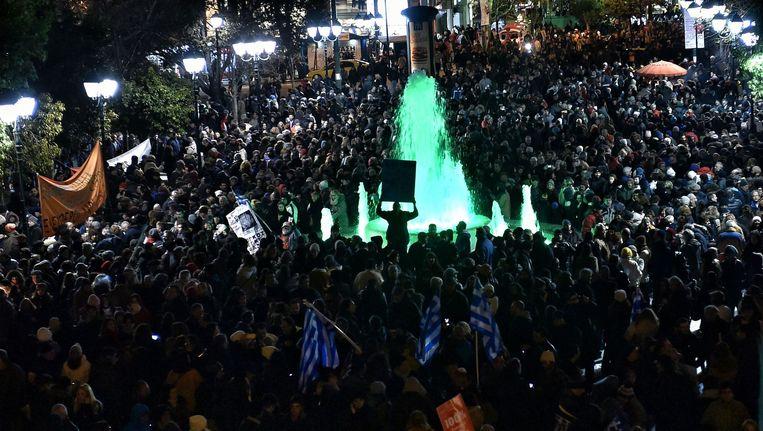 De Griekse bevolking betoogt voor het parlementsgebouw om hun steun aan de nieuwe regering te betuigen.