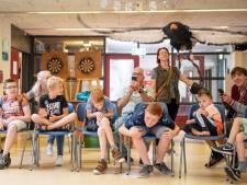 Roofvogels te gast in Almelo: 'Bukken! Daar komt arend Betsie aangevlogen'