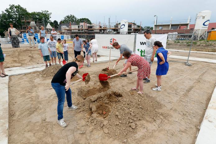 Jongeren begraven hun wensen bij de start van de bouw van het zorgcluster in Oerle.