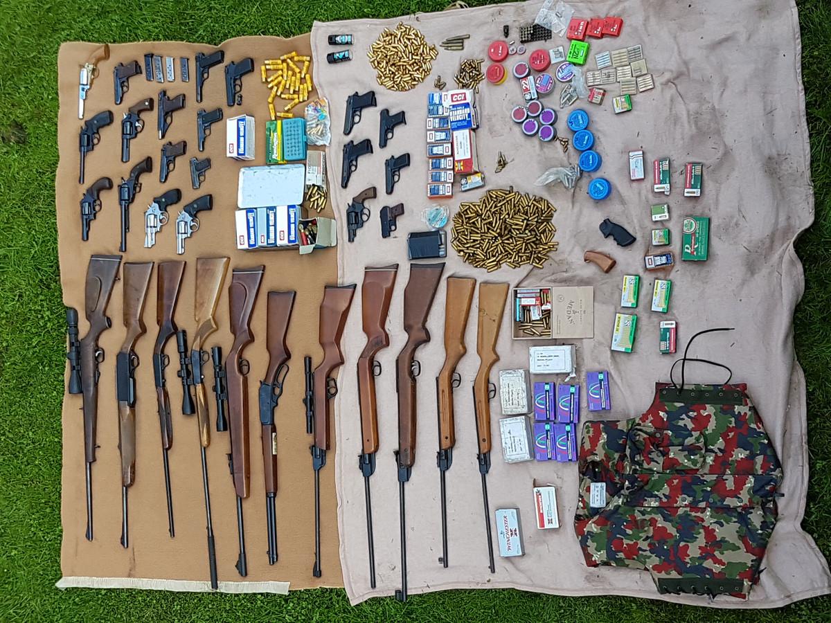 Een wapenarsenaal dat het Peelland Interventie Team vond in een loods in Asten.