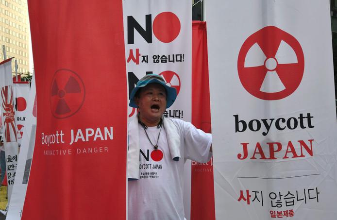Een demonstrant is tegen beperkte export tussen Japan en Zuid-Korea.