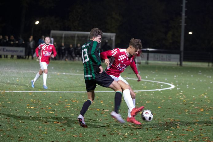 Sebastiaan Groffen (links) van Trekvogels en Jari van Ginkel (Alverna) duelleren om de bal.