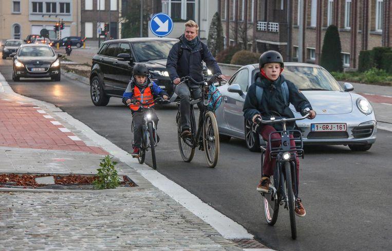 Het fietspad stopt plots waardoor fietsers op de versmalde rijbaan moeten.