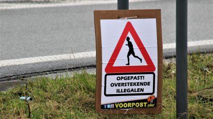 """Voorpost hangt affiches omhoog langs snelweg: """"Opgepast! Overstekende illegalen"""""""