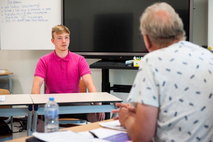 Er hangt veel af van de mondelinge examens op het Dieze College in Den Bosch nu het centraal examen vanwege corona is komen te vervallen. ,,We merken zeker dat er meer druk op deze examens ligt'', zeggen de examinatoren Buurma en Hulsen. Op de foto leerling Jessy Meeusen.