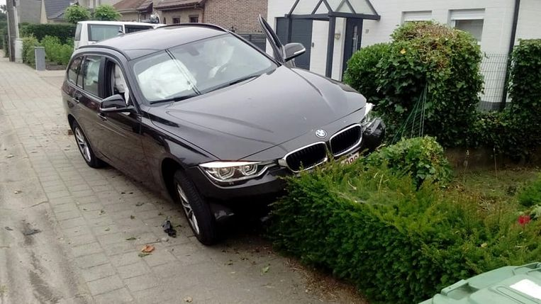 De BMW eindigde op de haag.