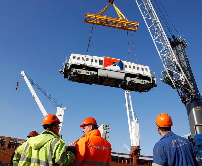 Antwerpen 20171107 Trein wordt uit schip getakeld