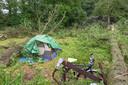 Twee bomen op camping De Oldenhof in Vollenhove zijn rakelings naast de tent gevallen waar op dat moment een campinggast lag te slapen.