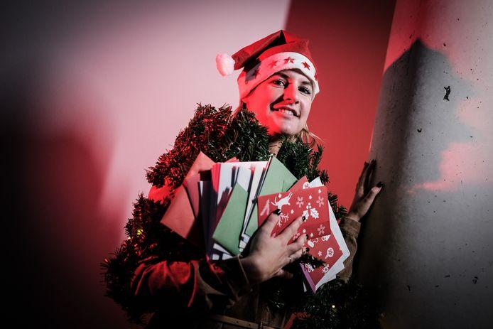 Ook vorig jaar kregen de ouderen kerstkaarten. Indebuurt-redactrice Kelly Heerink bezorgde ook een hele stapel.