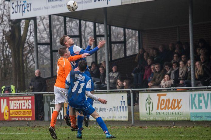 Moerse Boys (oranje shirts) en Roosendaal ontmoeten elkaar voor het eerst sinds het seizoen 2015/2016 toen beide clubs in de eerste klasse speelden. Moerse Boys speelt inmiddels in de hoofdklasse, terwijl Roosendaal na twee degradaties promoveerde naar de tweede klasse.