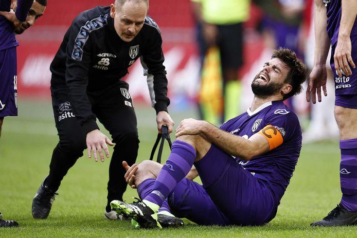 Robin Pröpper schreeuwt het uit nadat hij opnieuw zwaar geblesseerd lijkt te zijn geraakt aan zijn knie. Eerder miste hij al een seizoen door een kruisbandblessure.