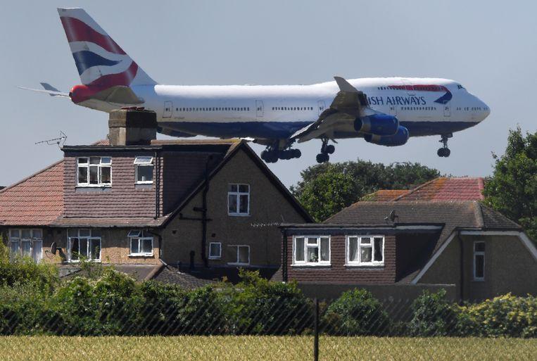 Een Boeing 747-400 van British Airways landt op Heathrow Airport in Londen.  Beeld REUTERS