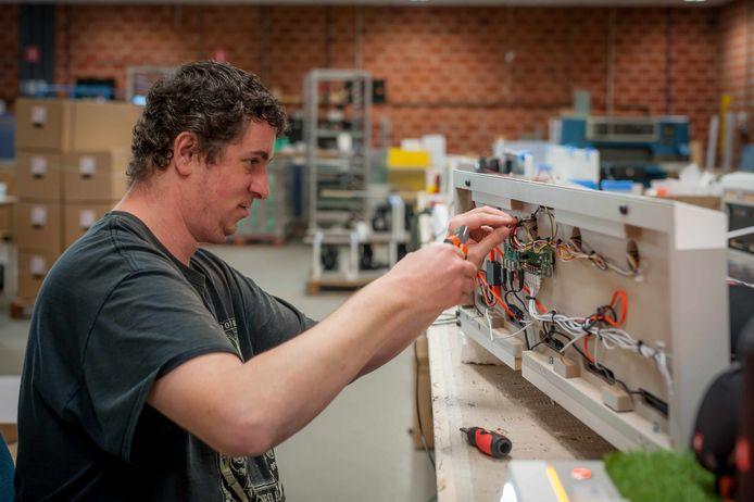 Kevin Vermeire aan het werk in WLB De Eenhoorn. Hij komt aan het woord in het boek Helden.