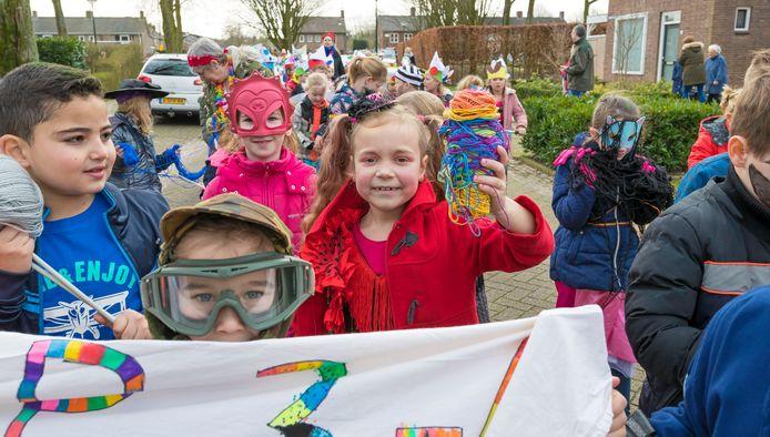 Kindercarnaval op de Landmanschool. Een optocht door Helvoirt.