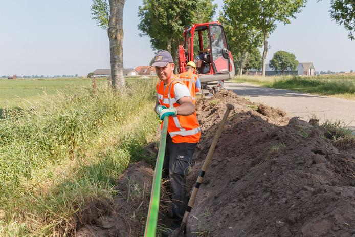 De nieuwe glasvezelkabel wordt bij de Ligtenbergerweg en Middelveen buiten de drukriolering aangelegd.